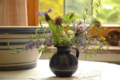 Mit Wasserglas können Sie Vasen abdichten.