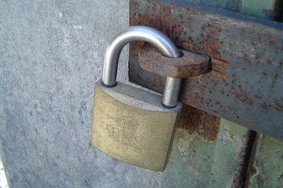 Ungenügende Sicherung der Stahltür erlaubt Einbruchsversuche.
