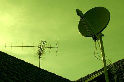 Die Satellitenschüssel sendet an den Receiver.