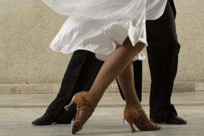 Die Füße bestimmen die Damendrehung.