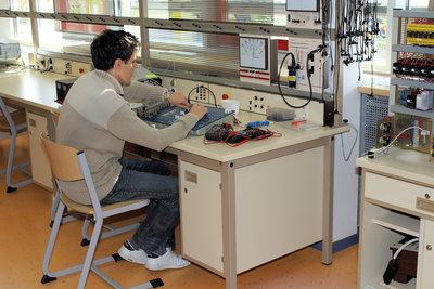 Überprüfen Sie elektrische Bauteile und Leitungen.