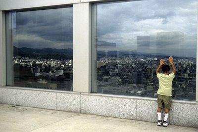 Fenster faszinieren Kinder oft.