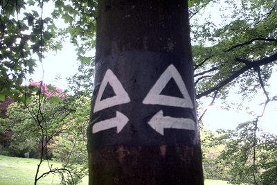 Auch Wanderzeichen gelingen mit Schablonen.