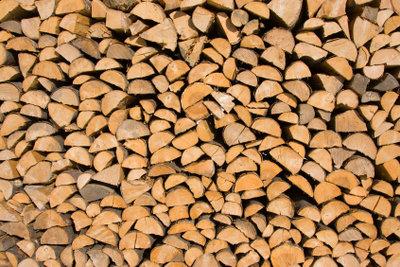 Prüfen Sie das Brennholz beim Einkauf.