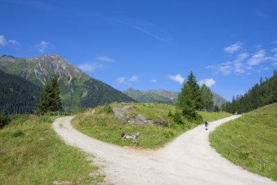 Man wandert auf schönen Wegen.