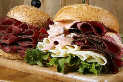 Mit Pastrami machen Sie leckere Sandwiches.