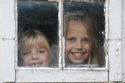 Fenster aus Holz müssen Sie streichen.