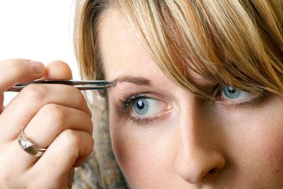 Haare zupfen kann sehr schmerzhaft sein.