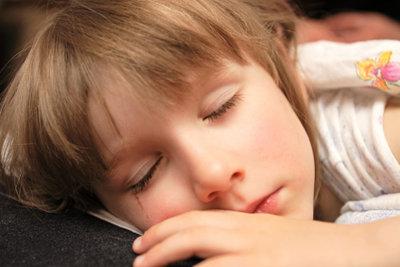 Helfen Sie Ihrem Kind, beruhigt einzuschlafen.
