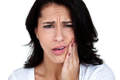 Eine Zahnoperation kann eine Schwellung machen.
