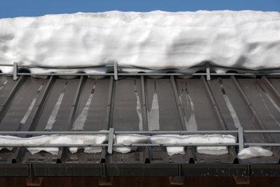 Schneefanggitter bieten Schutz vor herabstürzenden Schneemassen.