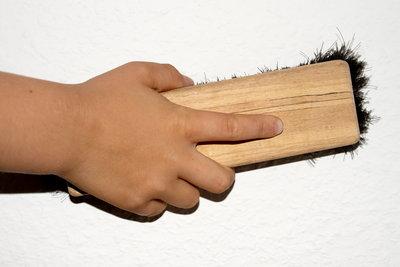 Raufaser-Tapeten mit der Bürste glätten.
