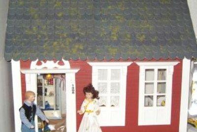 Bauen Sie ein Puppenhaus aus Pappmaschee.