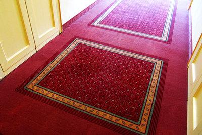 Verlgen Sie unter Teppich eine Fußbodenheizung.