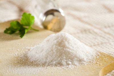 Salz lässt Emaille-Waschbecken wieder strahlen.