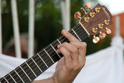 Gitarre stimmen und Klänge genießen