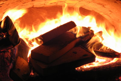Ein Kachelofen verbreitet gemütliche Wärme.