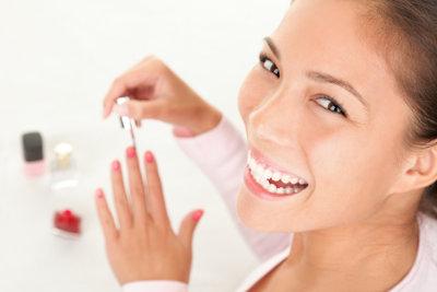 Nagellack fürs Lackieren und Ablackieren verwenden.