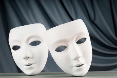 Basteln Sie eine Totenmaske aus Gips.