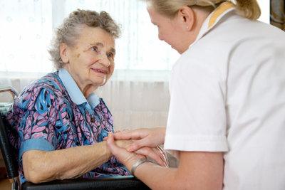 Betreuer unterstützen Pflegebedürftige im Alltag.