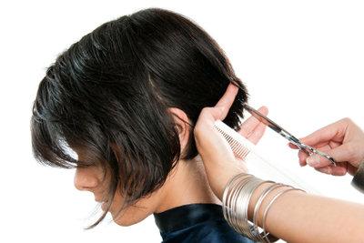 Statt eines Haarschnitts neue Föhnfrisuren ausprobieren