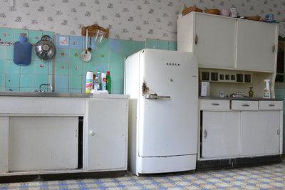 Fertigen Sie einen großen Küchenschrank an.