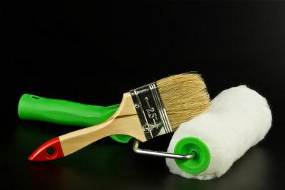 Pinsel und Rolle sind das Malerwerkzeug.