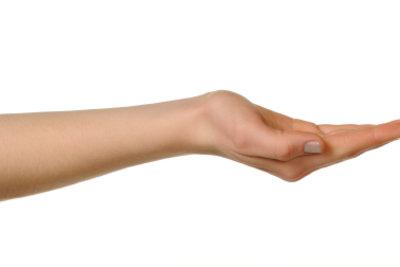 Rissige Hände kann man pflegen.