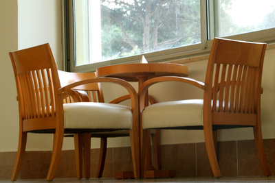 Pflegen Sie Ihre Holzmöbel richtig.
