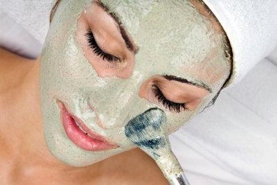 Eine Maske pflegt die Haut.