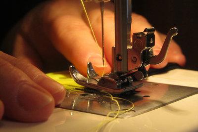 Zum Dekorieren die Nähmaschine verwenden