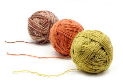 Verschiedene Wollfarben für einen Ringelpullover