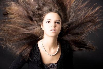 Dunkle Haare passen zum Wintertyp.
