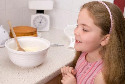 Kinder kochen gerne.