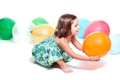 Kinder spielen gerne mit Ballons.