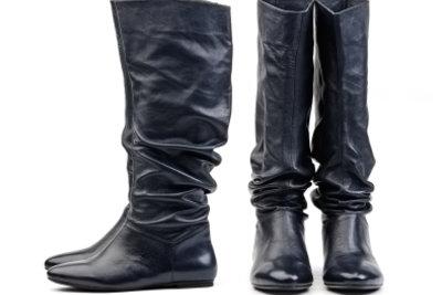 Lange Stiefel passen nur über Hosen.