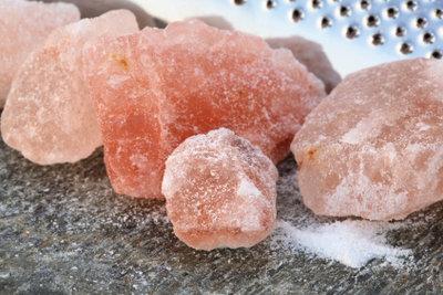 Gesättigte Salzlösung gelingt aus großen Salzbrocken.