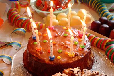 Geburtstagswünsche für Kinder gehören zum Geburtstagskuchen.