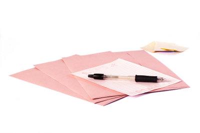 Mädchen freuen sich über gefühlvolle Liebesbriefe.