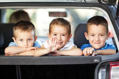 Drei Kinder halten einen auf Trab.