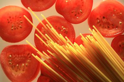 Spaghettisalat kommt auf jeder Feier gut an.