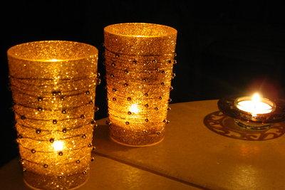 Teelichter schaffen eine behagliche Atmosphäre.