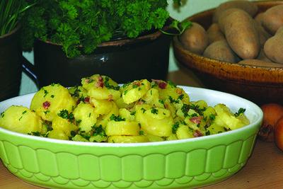 Bereiten Sie sächsischen Kartoffelsalat zu.