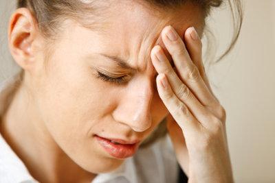 Kopfschmerzen können von Stress kommen.