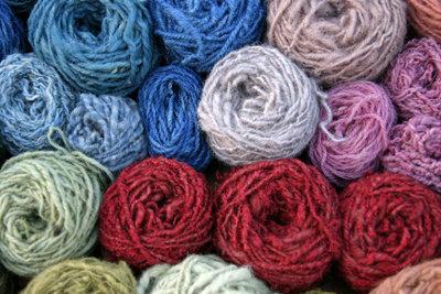 Schafwolle lässt sich in vielen Farben färben.