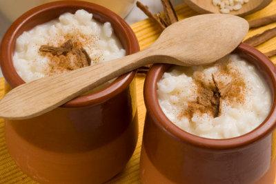 Zubereitung von Milchreis mit Zimt und Zucker.