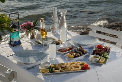 Ein Ouzo gehört zu griechischem Essen.