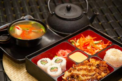 Wählen Sie frischen Sushi-Fisch aus!