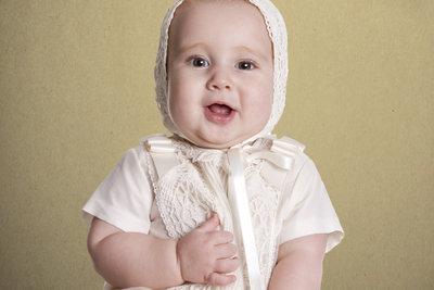 Ein Taufkleid können Sie aus weißem Garn selber häkeln.