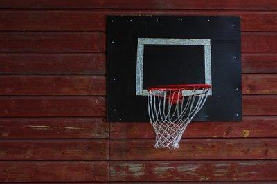 Ein Basketballkorb lässt sich einfach an die Hauswand hängen.